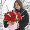 Шляпная коробка с алыми розами и фрезиями