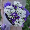Сборный букет с ромашковидными хризантемами и лизантусами на заказ