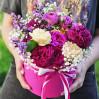 Коробка с садовыми розами и сезонными цветами Садовый Бум на заказ