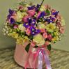Букет в шляпной коробке с розами и ирисами Яркий микс