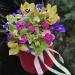 Букет в шляпной коробке с орхидеями и ирисами