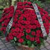 Большая ритуальная корзина из 100 красных роз Гран При