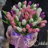 Большой букет 51 тюльпан в шляпной коробке белого, розового и фиолетового цвета
