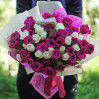 Букет из 51 невысокой розы малинового и белого цвета