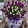 Букет 51 тюльпан белый и фиолетовый в шляпной коробке на заказ
