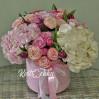 Нежный букет с розовыми гортензиями в шляпной коробке на заказ