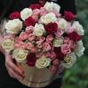 33 розы разных сортов в шляпной коробке