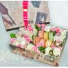 """Цветы в коробке с макарунами """"Сладкий сюрприз"""""""