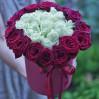 """31 роза в шляпной коробке """"Красно-белый блюз"""""""