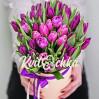Букет 33 сиреневых тюльпана в шляпной коробке на заказ