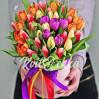 Букет 35 разноцветных тюльпанов в шляпной коробке