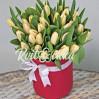 35 кремовых (белых) тюльпанов в коробке купить с доставкой