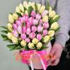 Букет 45 светлых тюльпанов в шляпной коробке