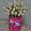 Букет 25 белых тюльпанов в шляпной коробке на заказ