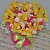 Шляпная коробка с желтыми орхидеями и кустовыми розами