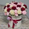 Букет 31 разноцветная роза в шляпной коробке