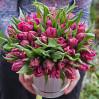 45 фиолетовых пионовидных тюльпанов в шляпной коробке