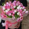 51 нежный тюльпан в шляпной коробке с доставкой в Киеве