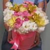 Большая шляпная коробка с эустомами и орхидеями в желтых тонах