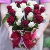 25 роз бордовых и белых в шляпной коробке