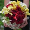 Яркий букет с орхидеями и красными розами в шляпной коробке