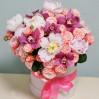 Шляпная коробка с пионами и орхидеями купить с доставкой