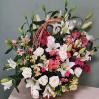 Большая сборная корзина с лилиями и лизантусами
