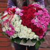 Сердце из 51 розы разных цветов и сортов в коробке
