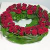 Ритуальный венок с красными розами купить с доставкой