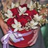 Букет цветов в шляпной коробке с алыми розами и белыми орхидеями