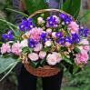 Весенняя корзина цветов с ирисами и кустовыми розами