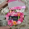 Цветочное сердце с розами и макарунами купить в Киеве недорого