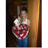 Букет из алых роз в форме сердца в корзине