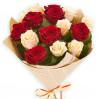 Контрастный букет из роз: красных и белых