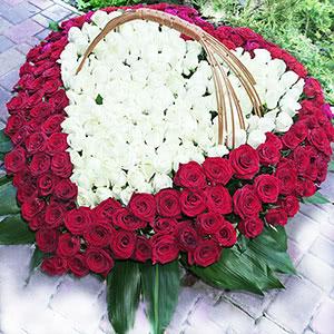 Огромная корзина - сердце из 301 розы с доставкой в Киеве