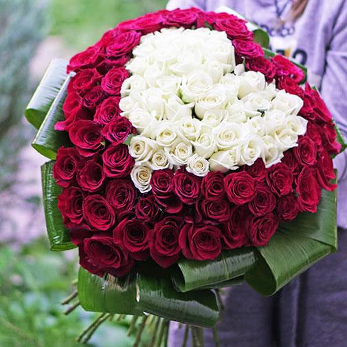 Букет белых голландских роз фото в машине — 5
