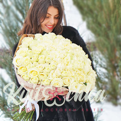 Фото девушка с букетом белых роз, обернуть букет из креповой бумагой